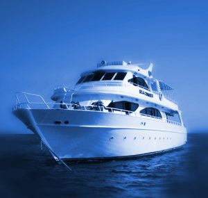 yate navegando en el mar